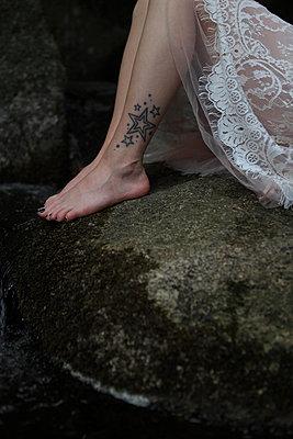 Tattoo-Beine auf Felsen - p045m1044132 von Jasmin Sander
