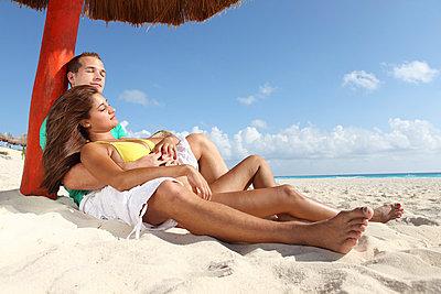 Couple on the beach - p045m813479 by Jasmin Sander