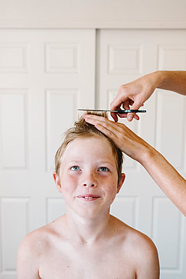 Boy getting his hair cut - p1262m1476990 by Maryanne Gobble