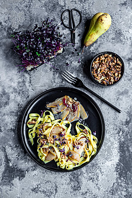 Tagliatelle with pear gorgonzola sauce, walnuts and red cress - p300m2083925 by Sandra Roesch