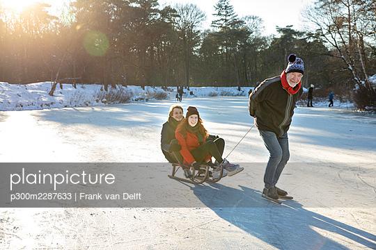 Netherlands, Vught, Vughtse Hei, ginger girl and boyfriend iceskating - p300m2287633 von Frank van Delft