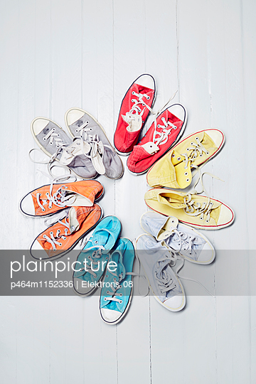 bunte Sneaker - p464m1152336 von Elektrons 08