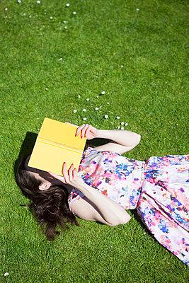 Ein Buch lesen - p045m1149702 von Jasmin Sander