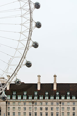 Low angle view of London Eye and County Hall against sky - p1166m1163223 by Cavan Images
