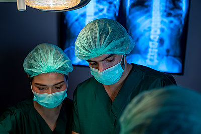 Surgeons with assistants used surgical instruments to surgery - p1166m2269032 by Cavan Images
