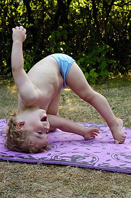 Junge turnt auf Sportmatte - p5200038 von Jasmin Noé