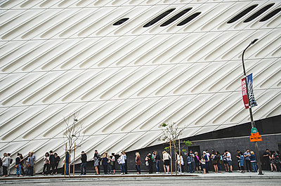 People on Line for The Broad Contemporary Art Museum, Los Angeles, California, USA - p694m1175515 by Eric Schwortz