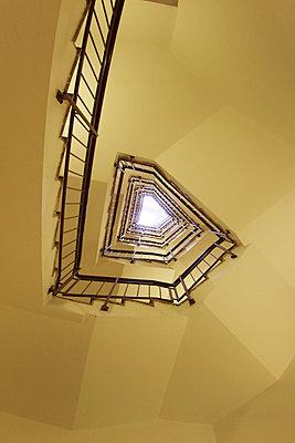 Gelbes Treppenhaus - p865m2007994 von atomara