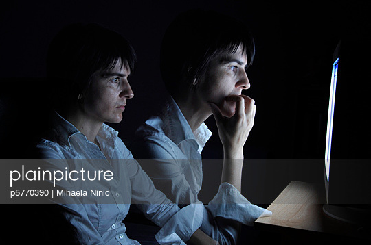 Woman sitting nervous in front of her computer - p5770390 by Mihaela Ninic