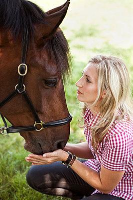 Frau mit Pferd - p1195m1039501 von Kathrin Brunnhofer