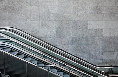 Rolltreppe im Bahnhof PP - p1212m1137081 von harry + lidy