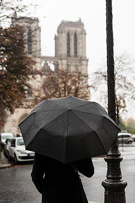 France, Paris, woman with umbrella in front of Notre Dame de Paris - p300m1535615 by Christophe Papke