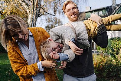 Happy family having fun in garden - p300m2167243 by Kniel Synnatzschke