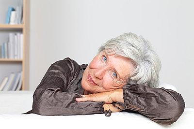 Zufriedene Seniorin auf der Couch - p4737173f von Stock4B