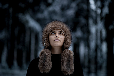 Young woman with fur hat - p552m2244519 by Leander Hopf