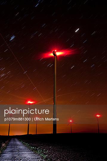 Windpark bei Nacht - p1079m881300 von Ulrich Mertens