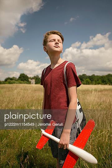 Kind mit Spielflugzeug - p1222m1154549 von Jérome Gerull