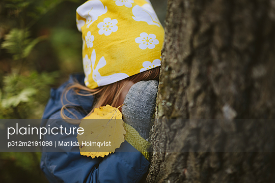 Girl playing hide and seek - p312m2191098 by Matilda Holmqvist