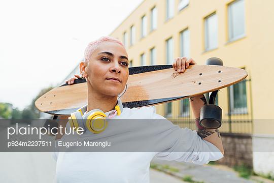 Confident portrait of a skateboarder - p924m2237511 by Eugenio Marongiu