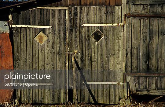 Holztor an einem Schuppen - p9791345 von Opelka