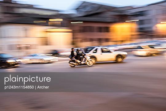 Stadtverkehr am Abend in Rom - p1243m1154850 von Archer