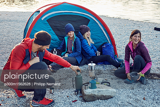 plainpicture - plainpicture p300m1562628 - Group of hikers camping at ... - plainpicture/Westend61/Philipp Nemenz
