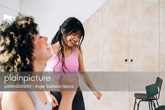 Female friends exercising together at home - p300m2293293 by Angel Santana Garcia
