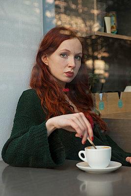 Aus dem Fenster eines Cafés schauen - p045m1208202 von Jasmin Sander