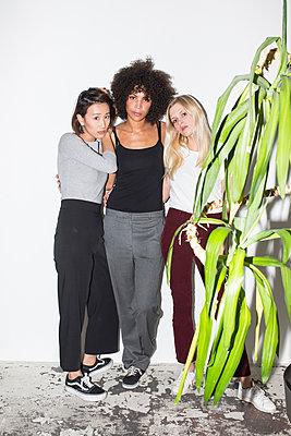 Drei junge Frauen stehen nebenainder - p1301m2020969 von Delia Baum
