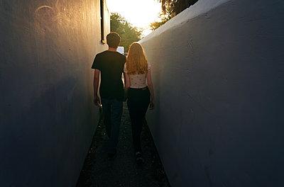 Junges Paar im Abendlicht - p1694m2291668 von Oksana Wagner