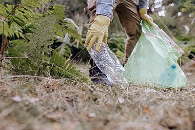 man in nature, caring for the environment, Madrid / Spain - p300m2299148 von Jose Carlos Ichiro