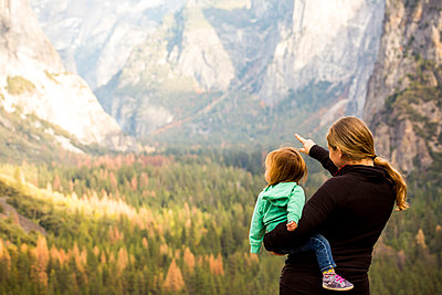 Caucasian mother and daughter in Yosemite National Park, California, United States - p555m1306381 by Adam Hester