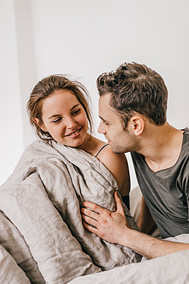 Young couple in bed - p586m1178715 by Kniel Synnatzschke