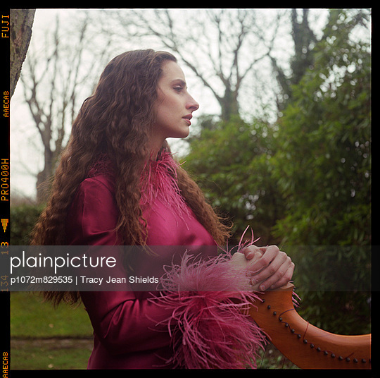 Portrait of woman in garden (I) - p1072m829535 by Tracy Jean Shields