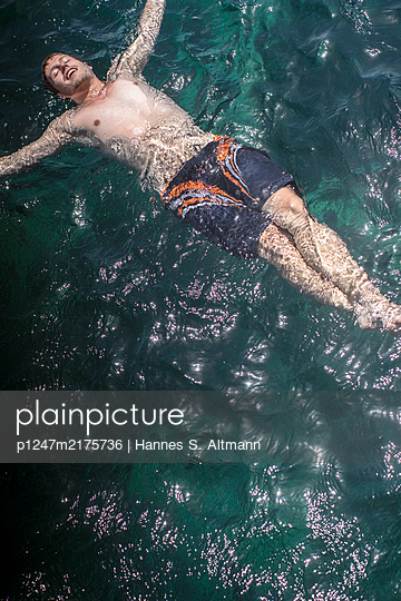 Floating in water - p1247m2175736 by Hannes S. Altmann