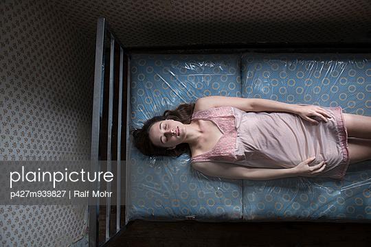 Sleeping woman - p427m939827 by Ralf Mohr