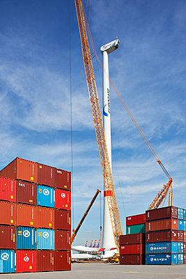 Aufbau eines Windrades im Hamburger Hafen - p1099m1526250 von Sabine Vielmo