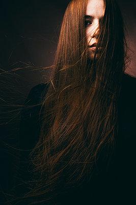 Junge Frau mit roten wehenden Haaren - p1180m1153112 von chillagano
