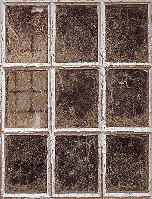Old window - p1228m2116336 by Benjamin Harte