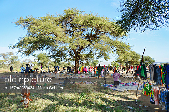 Africa, Uganda, Flea market - p1167m2283434 by Maria Schiffer