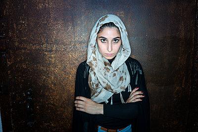 Porträt einer muslimischen Frau mit Kopftuch - p427m1461914 von R. Mohr