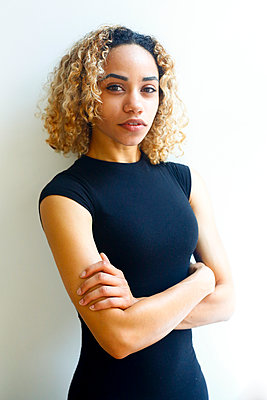 Portrait of serious mixed race woman with arms crossed - p555m1504201 by Julien McRoberts