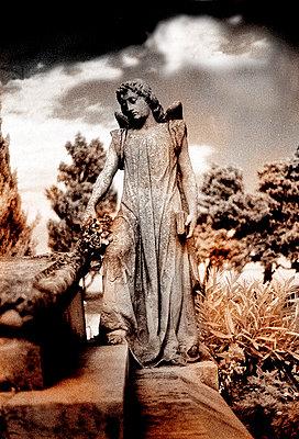 steinerner Engel auf dem Friedhof von Cadaques - p9793414 von Hoschek