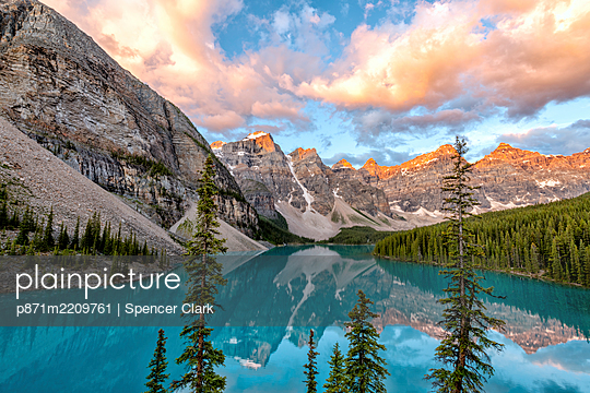 Sunrise at Lake Moraine, Banff National Park. UNESCO World Heritage Site, Alberta, Canadian Rockies, Canada, North America - p871m2209761 by Spencer Clark