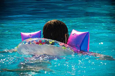Little girl swimming in pool - p1418m2014915 by Jan Håkan Dahlström