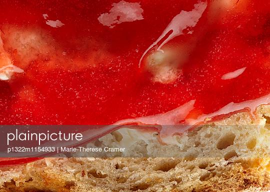 Nahaufnahme einer Scheibe Brot mit Butter und Marmelade - p1322m1154933 von Marie-Therese Cramer