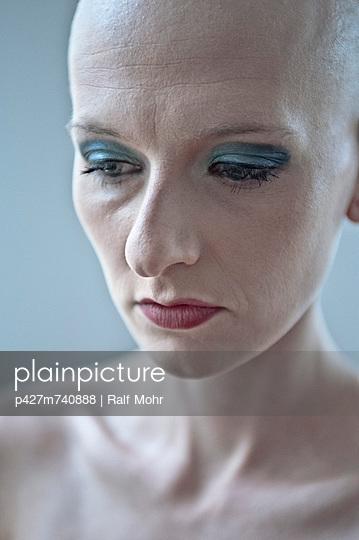 Plainpicture Plainpicture P427m740888 Frau Mit Glatze