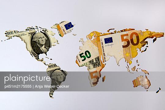 Landkarte mit Euro und Dollarscheinen  - p451m2175555 von Anja Weber-Decker