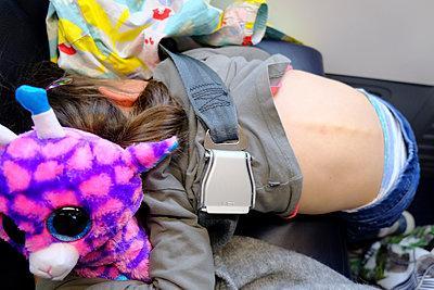 Little girl in an airplane - p1105m2082523 by Virginie Plauchut