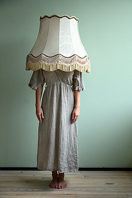 Woman with lampshade over her head - p427m2254298 by Ralf Mohr